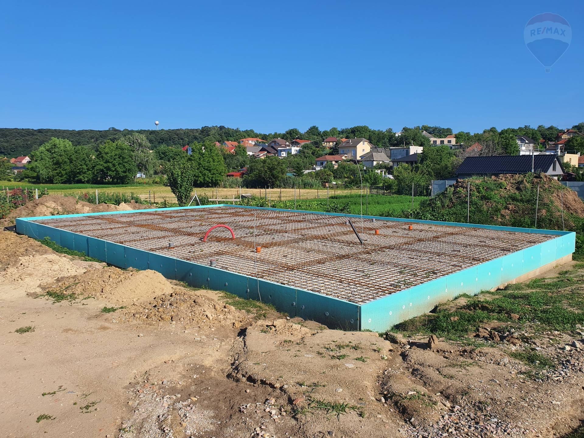 Jarok – pozemok 500 m² + projekt RD + základová doska